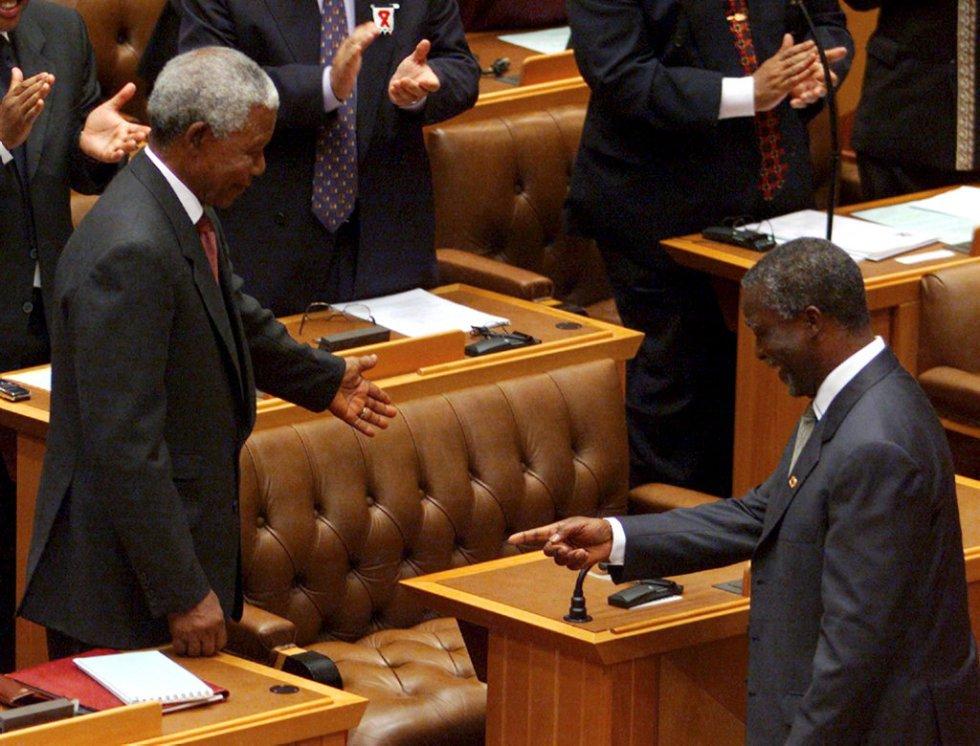 Junio de 1999, Nelson Mandela deja la política en activo. El presidente saliente de Sudáfrica cede su asiento en el parlamento a su sucesor, Thabo Mbeki, durante la sesión en la que éste fue elegido nuevo presidente del país tras las segundas elecciones legislativas. Mandela seguiría actuando como mediador en procesos de paz como el de Burundi. En 2004, un año después de ser diagnosticado con cáncer de próstata, Mandela anunció su retirada definitiva de la vida pública.