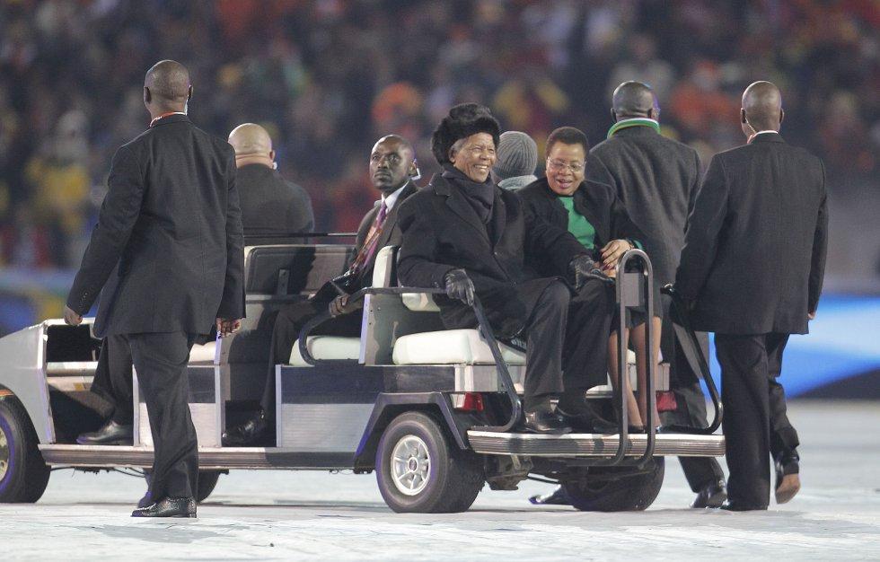 O ex-presidente sul-africano, Nelson Mandela, junto a sua esposa, Graça Machel, durante a cerimônia de encerramento da Copa do Mundo de Futebol da África do Sul 2010, no estádio Soccer City de Johanesburgo. Esta seria sua última aparição pública.