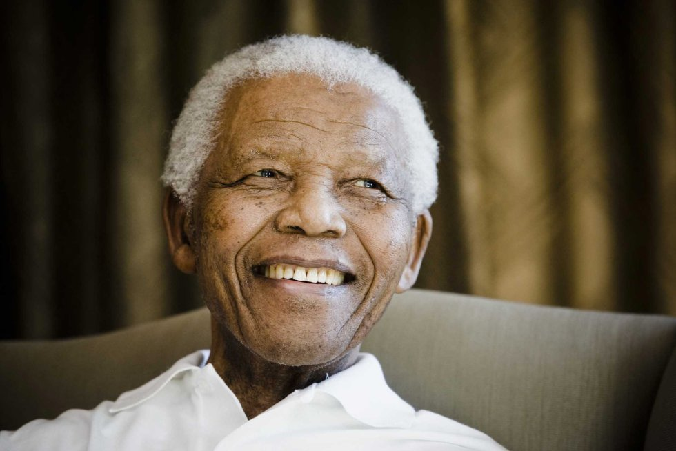 Nelson Mandela em sua fundação em Johannesburgo (África do Sul), antes de receber um grupo de estudantes, em 2 de junho de 2009.