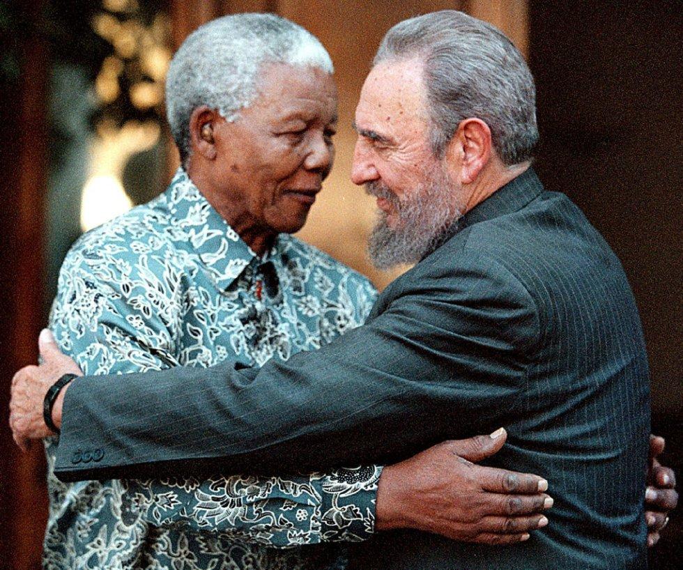 O ex-presidente da África do Sul, Nelson Mandela, cumprimenta o líder cubano, Fidel Castro, durante uma visita na casa de Mandela em Houghton, Johannesburgo, no dia 2 de setembro de 2001.