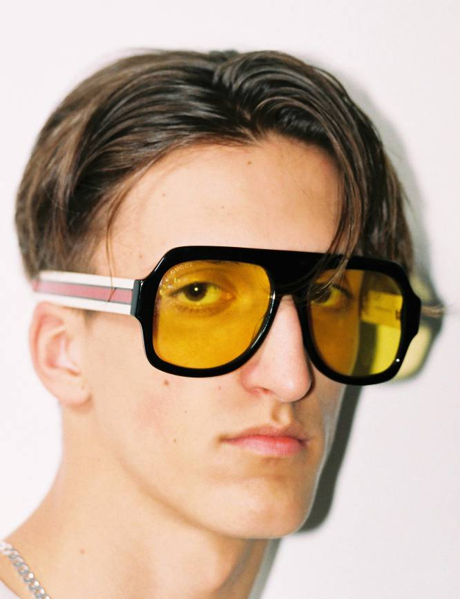 El concepto XXL cobra pleno sentido en estas gafas de sol Gucci que, la verdad, lo tienen todo: montura de pasta sin miedo al tamaño, anchas varillas decoradas con la franja rojiverde emblema de la marca y también ese aire 'retro' que aporta la lente amarilla. ¡Bienvenidos a 1979!