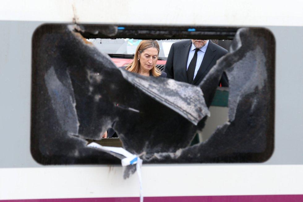 Mariano Rajoy, y la ministra de Fomento en 2013, Ana Pastor, junto a uno de los vagones del tren siniestrado de Angrois. Tres años después del accidente la Plataforma Víctimas Alvia 04155, el colectivo que agrupa a la mayor parte de los afectados, solicitaba por carta a Rajoy una reunión como la que tuvo con los familiares de los fallecidos en el Yak-42. En esta carta, las víctimas acusaban a Pastor de haberles engañado al decirles que la investigación del accidente era independiente.