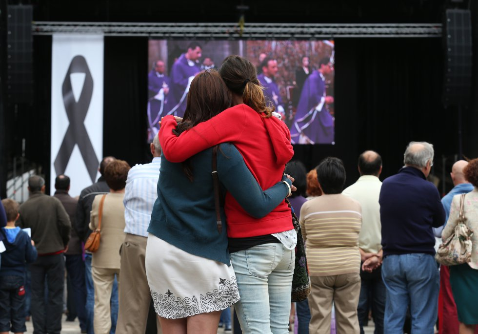 La asistencia al funeral por las víctimas en la catedral de Santiago de Compostela fue tan masiva que se colocaron unas pantallas gigantes en la plaza del Obradoiro para que el público que se quedó fuera pudiera seguir la ceremonia.