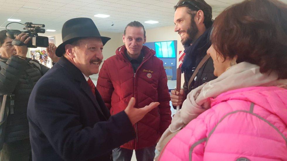 El profesor de niños ciegos en la ciudad de Nantes de Francia, llegó el 12 de julio al Aeropuerto Internacional de El Alto, en La Paz. Antes de iniciar la caminata necesitó dos días en la zona del lago Titikaka para aclimatarse a la altura del altiplano y otros dos de reconocimiento del terreno del salar.