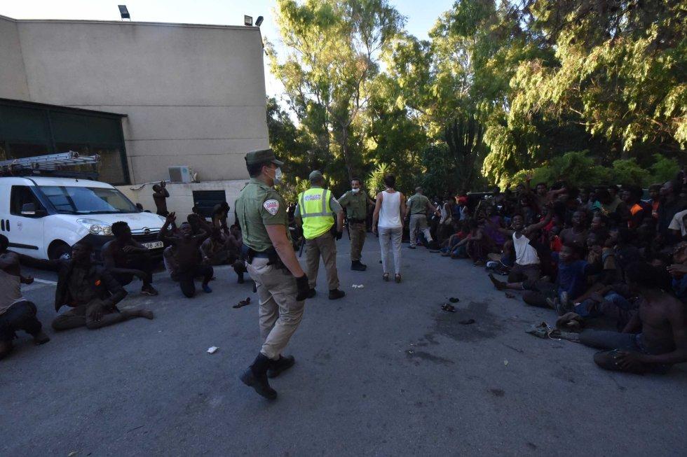 O grupo de imigrantes que conseguiu pular a cerca esperam reunidos para ser atendidos no Centro de Atendimento de Estrangeiros.