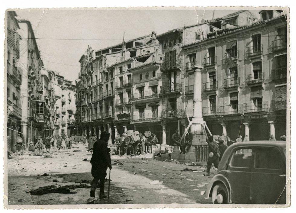 Martínez Gascón obtuvo salvoconductos y autorizaciones para moverse con comodidad entre las filas y los altos mandos de los sublevados. La conocida como plaza del Torico, de Teruel, el 22 de febrero de 1938, tras ser tomada por las tropas franquistas (al fondo).