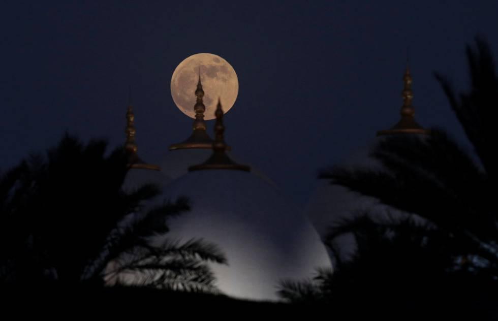 Vista del eclipse lunar sobre la mezquita de Grand Sheikh Zayed de Abu Dhabi (Emiratos Árabes).