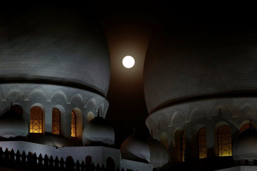 El eclipse lunar se eleva detrás de la Gran Mezquita Sheikh Zayed en Abu Dhabi, en Emiratos Árabes Unidos, el 27 de julio de 2018.