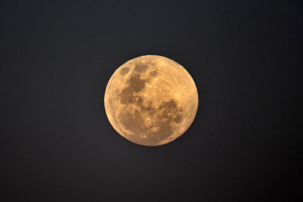 La luna llena se levanta cerca de la playa de Bondi, antes del eclipse lunar total, el 27 de julio de 2018 en Sydney, Australia.