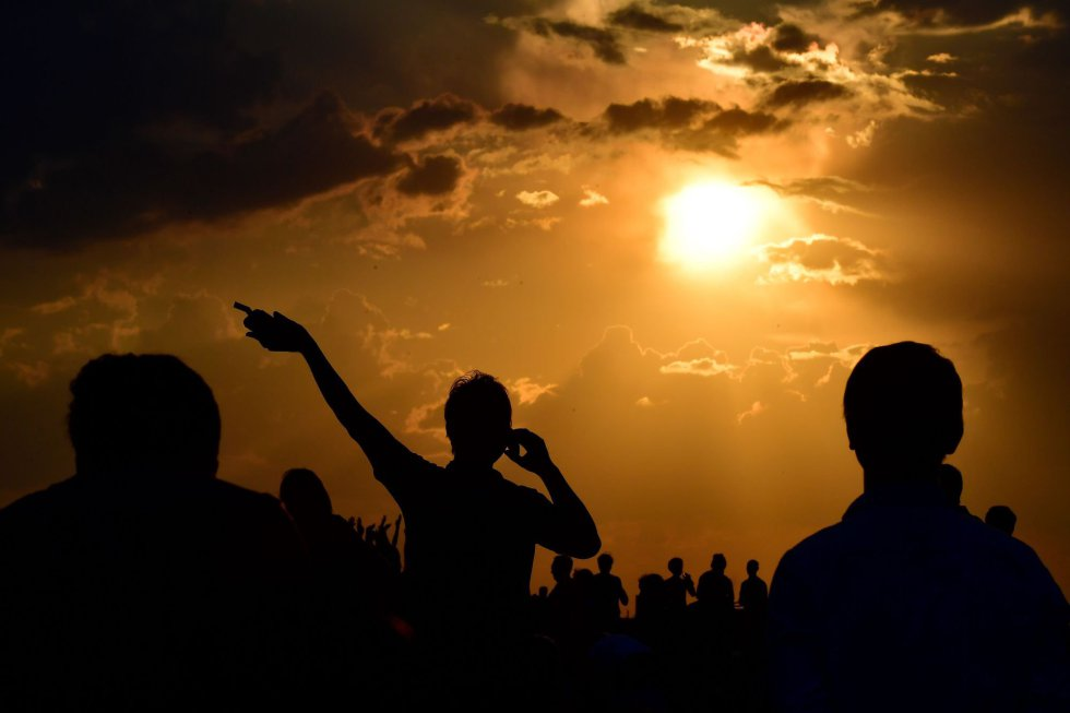 La gente se reúne mientras esperan a que se ponga el sol y aparezca la Luna de Sangre en Berlín, el 27 de julio de 2018.