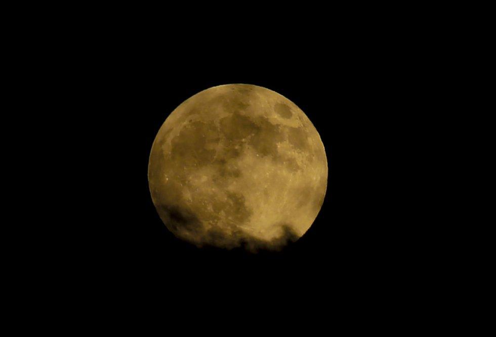 Vista del eclipse lunar en Gaza.