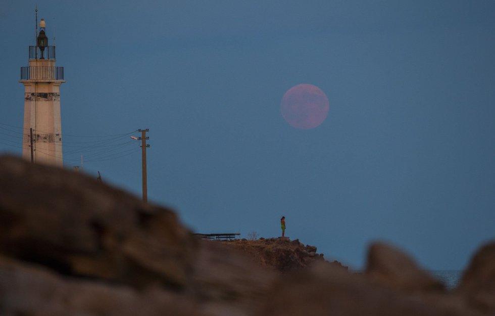 Una mujer observa el eclipse solar cerca de Sivrice (Turquía).