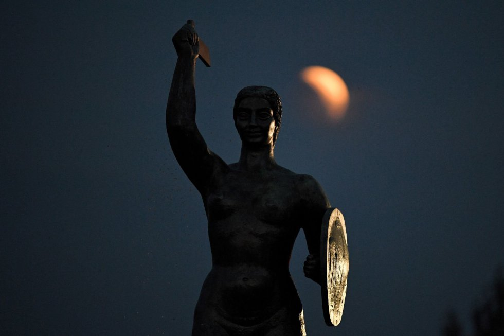 Una vista del eclipse lunar en su fase inicial en Varsovia, Polonia.