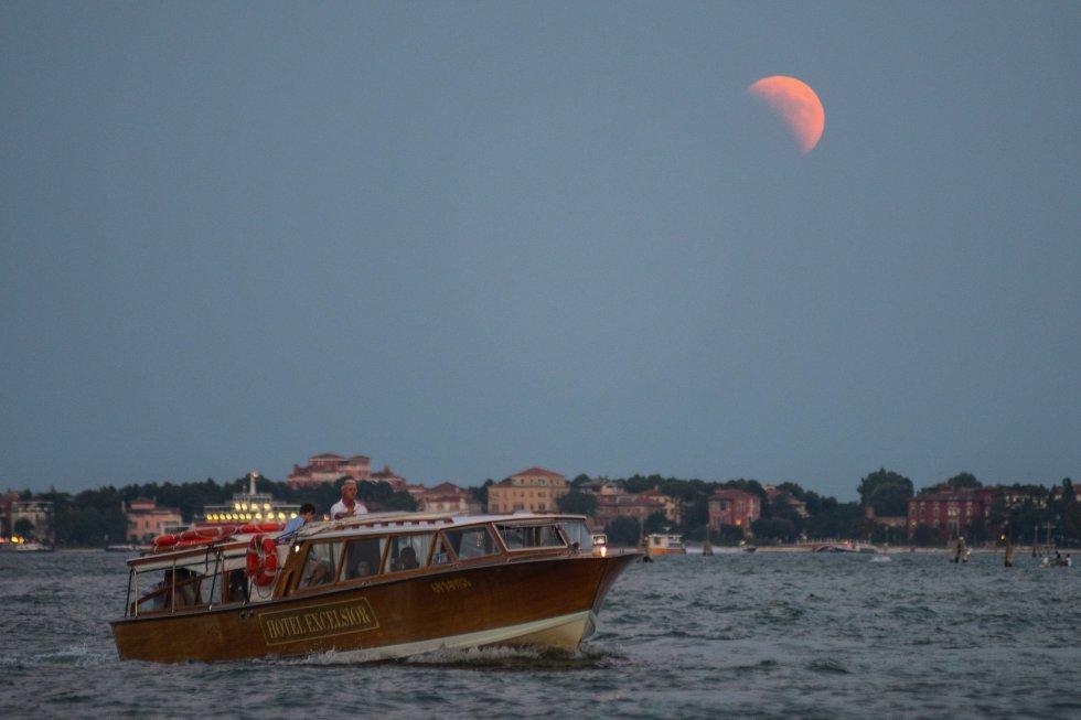 Una imagen de la Luna desde Venecia.