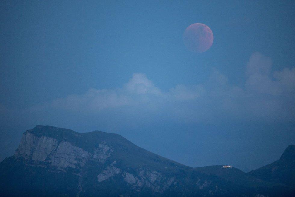 Imagen del eclipse en Lucerna, Suiza.