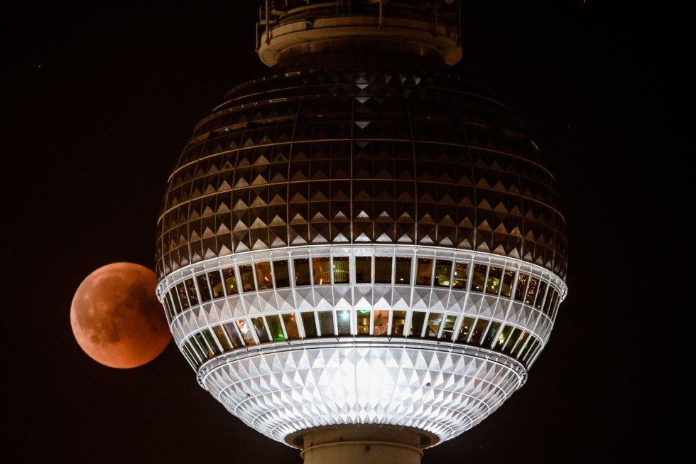 Junto a la torre de Televisión de Berlín, Alemania.