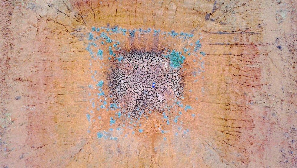 Ash Whitney en medio de una presa seca en Gunnedah, Nueva Gales del Sur (Australia).