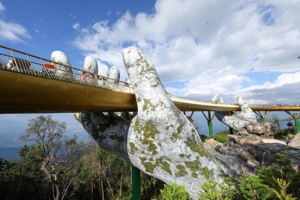 La obra del teleférico fue adjudicada a la empresa Sun Group, la misma encargada de construir el puente dorado y de acometer la siguiente fase del proyecto diseñado por Vu Viet Anh y su equipo: otro puente sobre el abismo que evoca un largo cabello de hada ondulado por el viento.