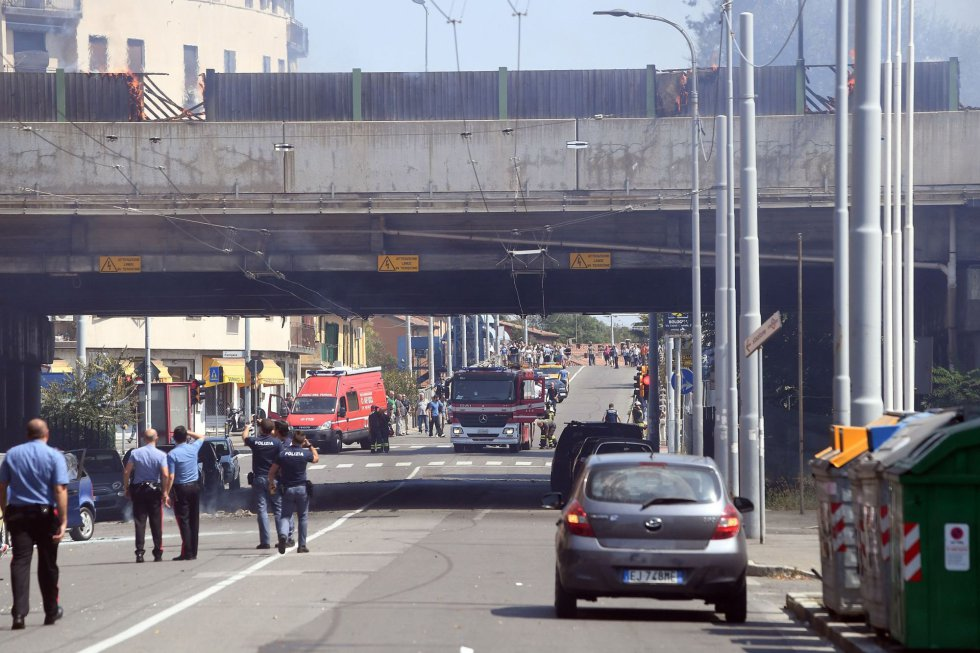 Equipos de trabajo de la policía y los bomberos en la autopista donde se ha producido la explosión de un camión cisterna en Bolonia, dejando al menos 67 heridos.