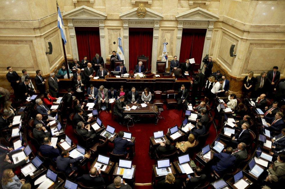 El Senado de Argentina inició la sesión en la que tratará el proyecto para despenalizar el aborto voluntario, que ya fue aprobado en junio pasado por los diputados y cuya sanción definitiva está en el aire por la controversia social y política que genera.