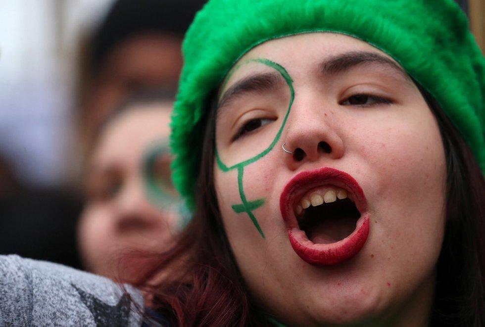 Una chica se manifiesta en Buenos Aires mientras el senado vota la legalización del aborto en Argentina.