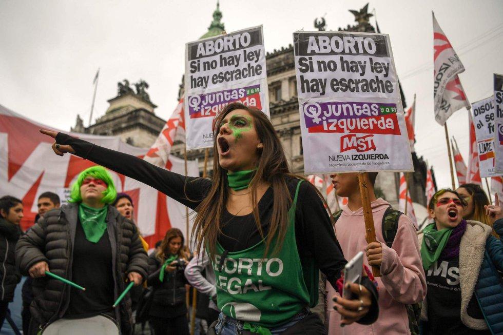Manifestantes gritan consignas a favor del aborto en Buenos Aires (Argentina).