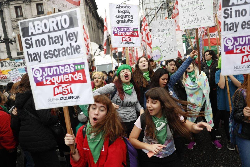 Centenares de personas a favor de la ley del aborto se manifiestan en Buenos Aires (Argentina).