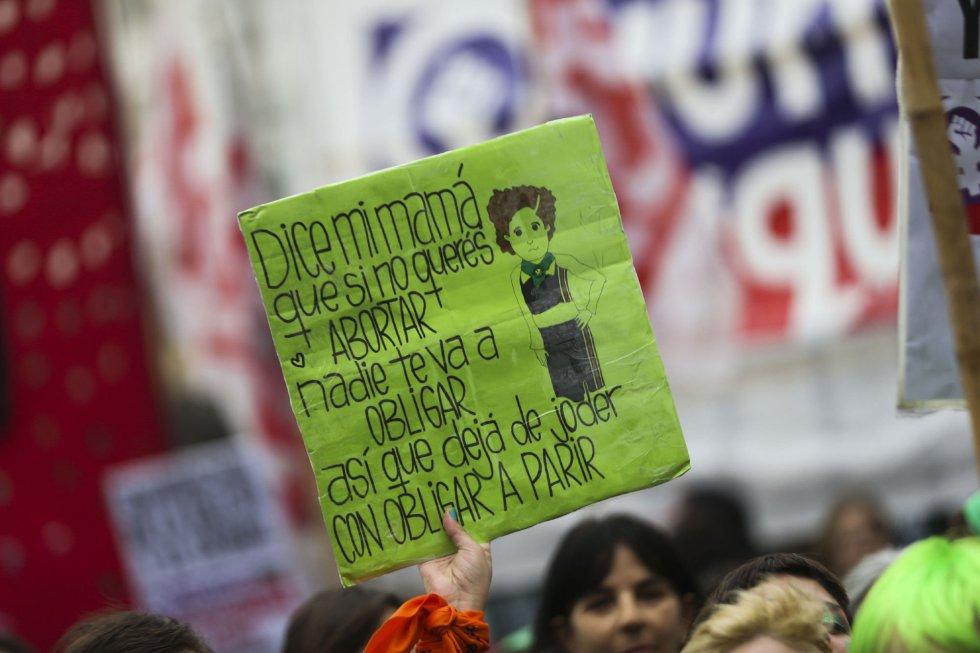 Detalle de una pancarta en la manifestación a favor del aborto en Buenos Aires (Argentina).