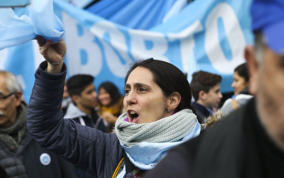 Multitudinaria marcha en contra de la ley del aborto frente al Senado en Buenos Aires (Argentina).