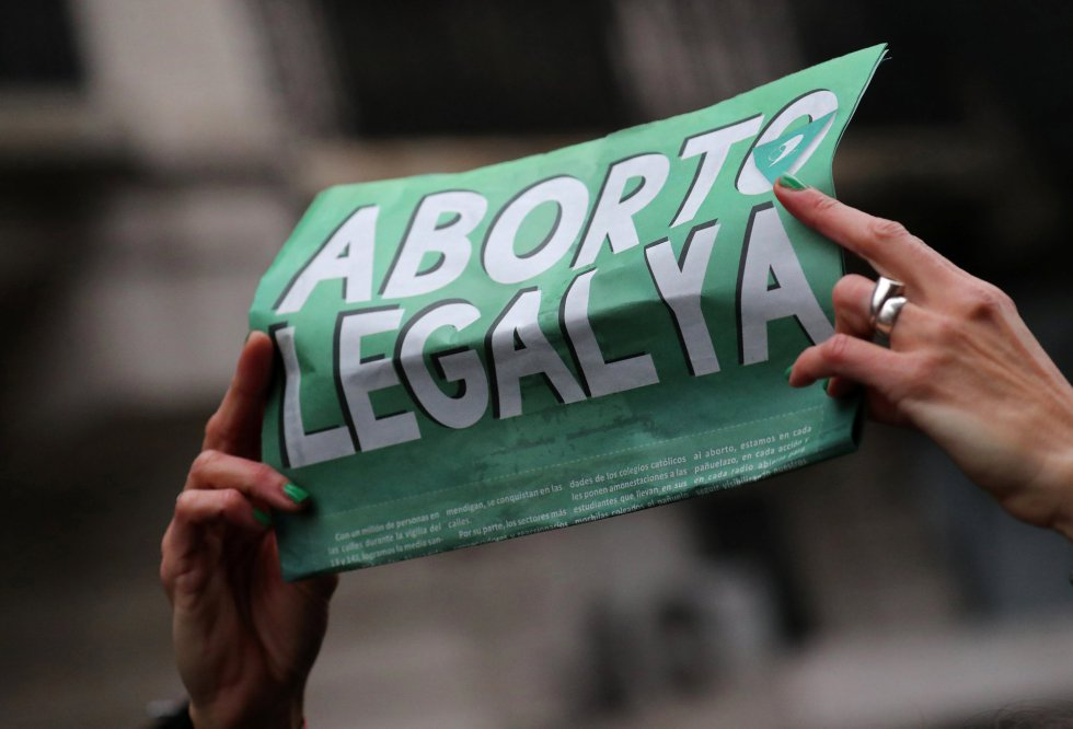 Una manifestante sujeta una pancarta que pide el aborto legal en Argentina.