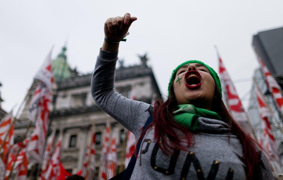 Una manifestante a favor del aborto grita consignas durante las protestas en Buenos Aires (Argentina).