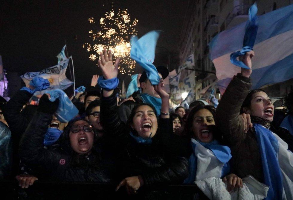 Activistas contra la legalización del aborto se manifiestan fuera frente al Senado en Buenos Aires.
