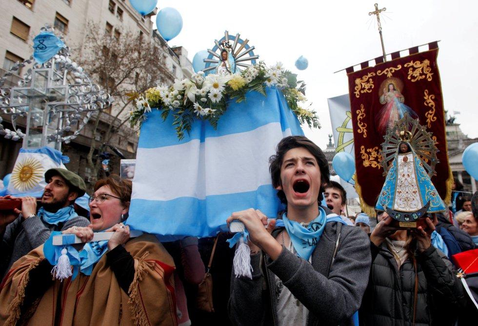Manifestantes contra la ley del aborto se concentran frente al Senado en Buenos Aires.rn