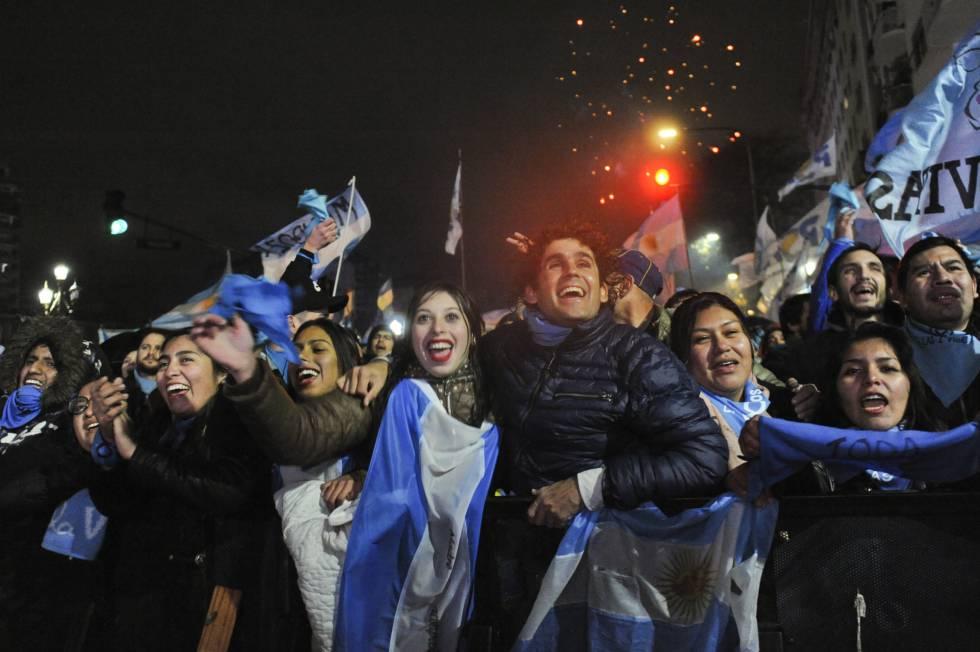 Manifestantes contra la despenalización del aborto celebran frente al Senado en Buenos Aires el rechazo a la ley.