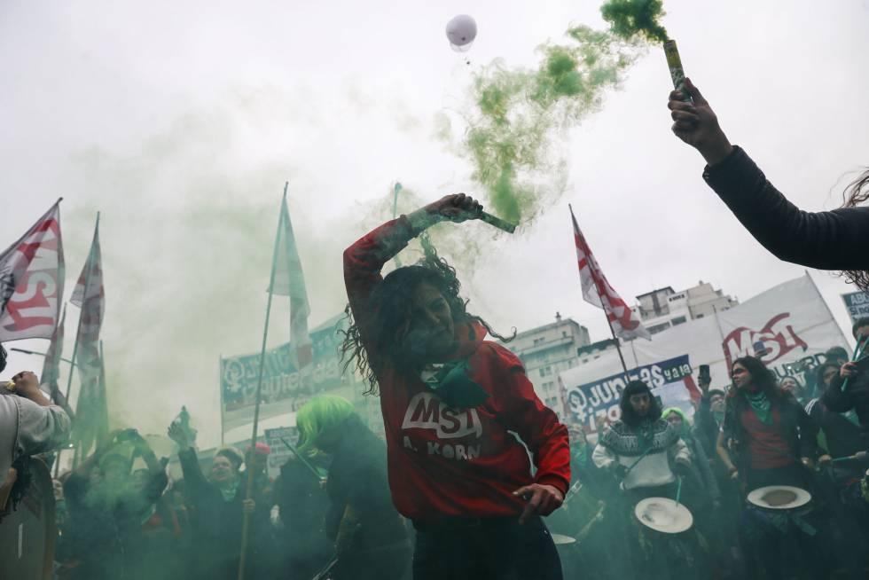 Bengalas verdes en la marcha a favor de la legalización del aborto en Buenos Aires (Argentina).