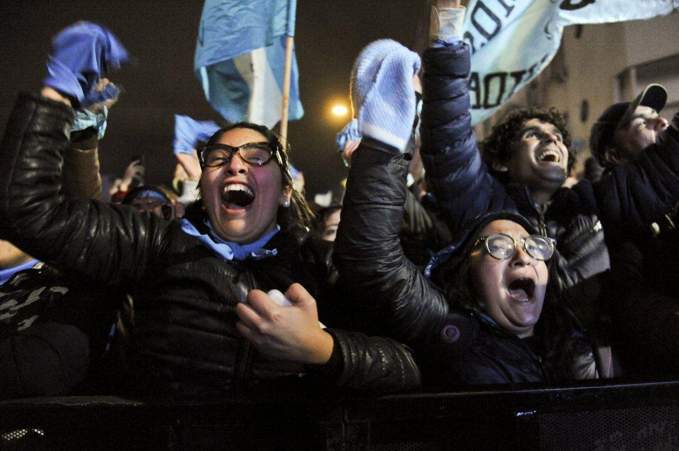 Manifestantes contra la legalización del aborto celebran el rechazo del Senado, en Buenos Aires.