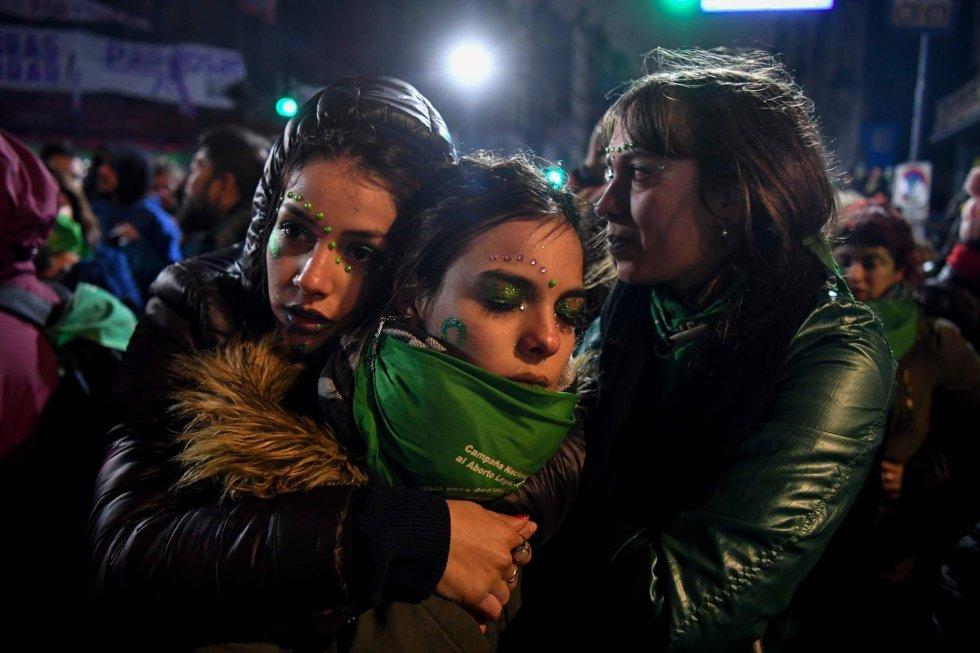 Un grupo de jóvenes, a favor de la legalización del aborto, se consuelan mutuamente después que el Senado argentina rechazara la ley.rn