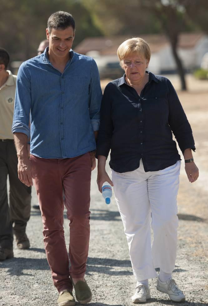 Pedro Sánchez camina junto a Angela Merkel hacia el centro de cría El Acebuche, el 12 de agosto de 2018.