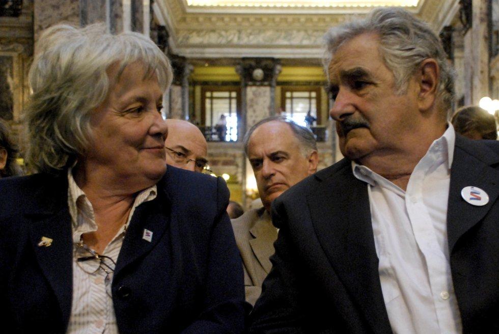 José Mujica y la primera dama Lucía Topolansky, durante las celebraciones del bicentenario en el Parlamento, el 15 de febrero de 2011, en Montevideo (Uruguay).