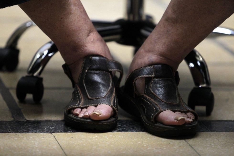 Mujica luce sandalias mientras participa en el nombramiento del ministro de Economía Mario Bergara en el edificio del ministerio en Montevideo, el 26 de diciembre de 2013. Durante su presidencia, Mujica mantuvo un estilo de vida austero, donó la mayor parte de su salario y no utilizó la residencia oficial.