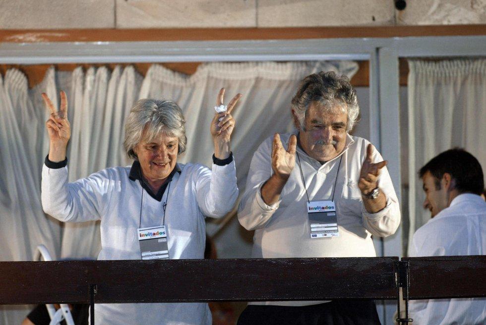 José Mujica y la diputada Lucía Topolanski, saludan a la multitud de seguidores desde el balcón del hotel donde el Frente Amplio basó su sede de campaña, el 31 de octubre de 2004, en Montevideo (Uruguay).