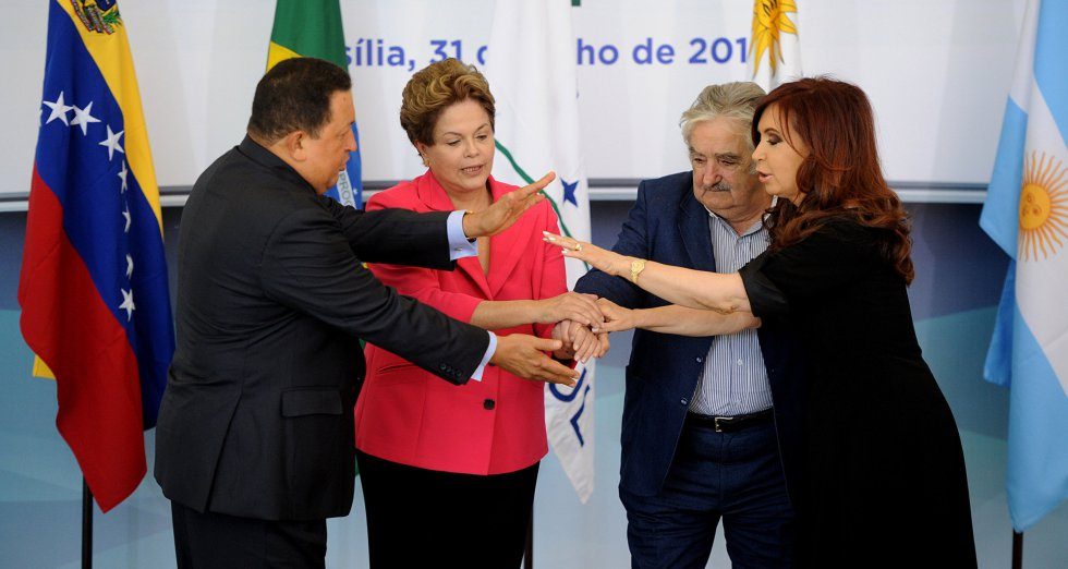 Mujica estrecha la mano de los presidentes de Brasil, Dilma Rousseff, Argentina, Cristina Kirchner, y Venezuela, Hugo Chávez, antes de la Cumbre Extraordinaria de Mercosur en Brasilia, el 31 de julio de 2012.