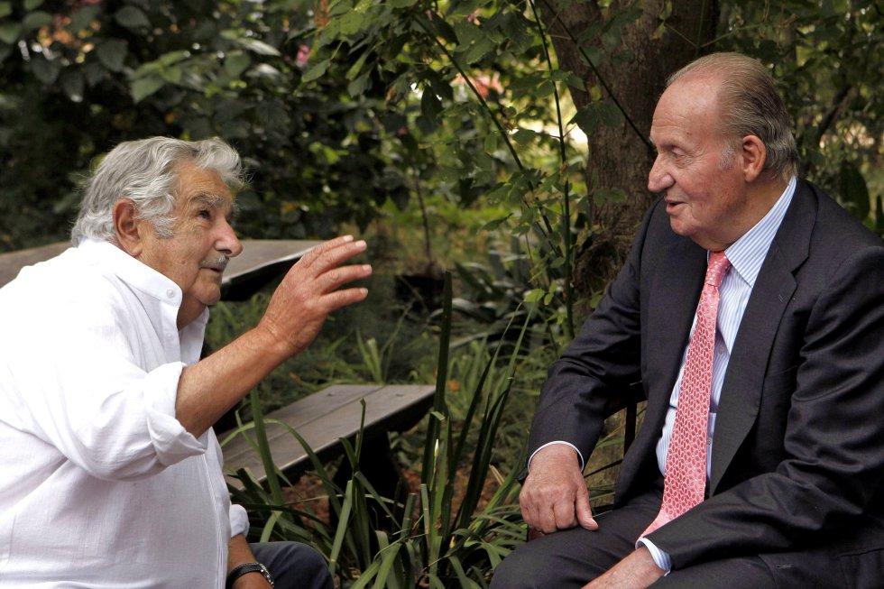 El Rey Juan Carlos conversa con el expresidente de Uruguay José Mujica durante la visita del Monarca a la granja donde vive el exmandatario de Montevideo, el 2 de marzo de 2015, un día después de dejar el cargo.