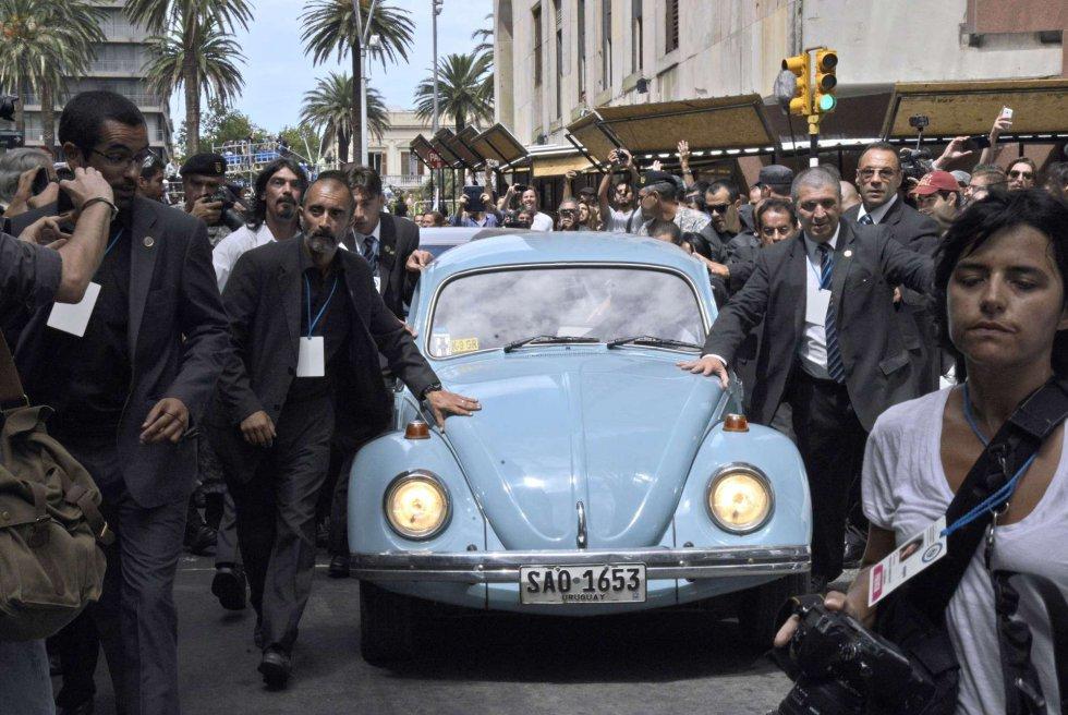 El expresidente uruguayo José Pepe Mujica dentro de su Volkswagen de 1987, saliendo de la Plaza Independencia, después de la inauguración del nuevo mandato presidencial de Tabaré Vázquez el 1 de marzo de 2015, en Montevideo (Uruguay).