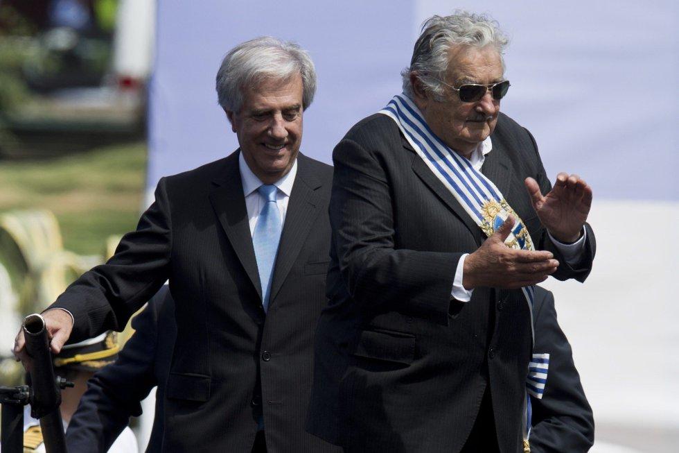 Mismos protagonistas que en 2010. El presidente saliente, José Mujica y el nuevo presidente Tabaré Vázquez, suben al escenario durante la ceremonia de traspaso de poderes en la Plaza Independencia, en el centro de Montevideo, el 1 de marzo de 2015.