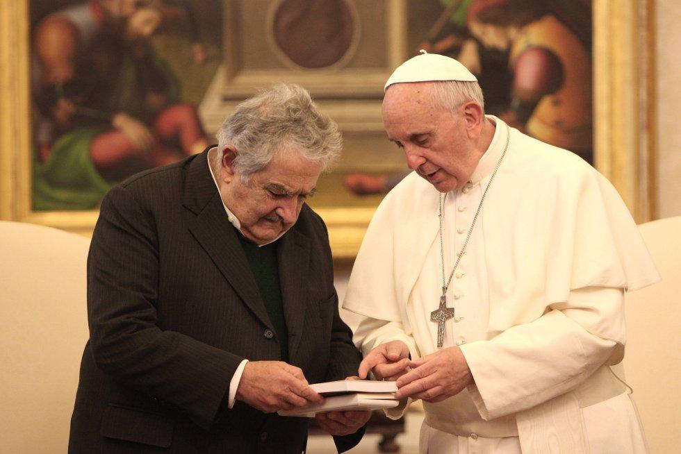 El papa Francisco intercambia regalos con Mujica durante una audiencia en su biblioteca privada el 1 de junio de 2013 en la Ciudad del Vaticano. El presidente se encontraba en una gira internacional de dos semanas que lo llevaría a China, España e Italia.