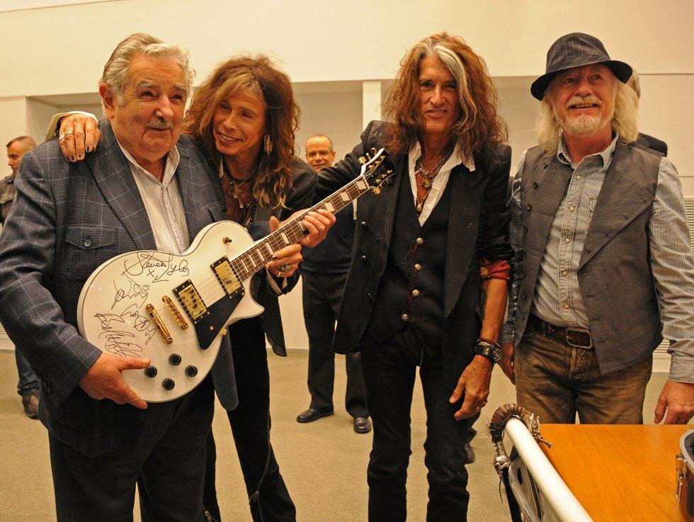 Mujica recibió la visita de los músicos de Aerosmith en octubre de 2013. La banda regaló una guitarra autografiada al mandatario, que subastó para dedicar el dinero recaudado a un plan para la vivienda.