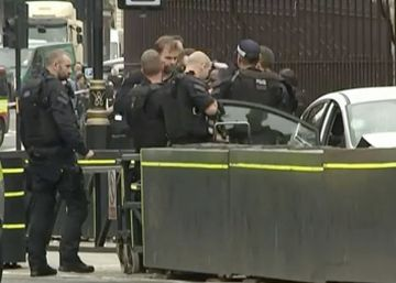 El choque de un vehículo contra las barreras del Parlamento de Londres, en imágenes