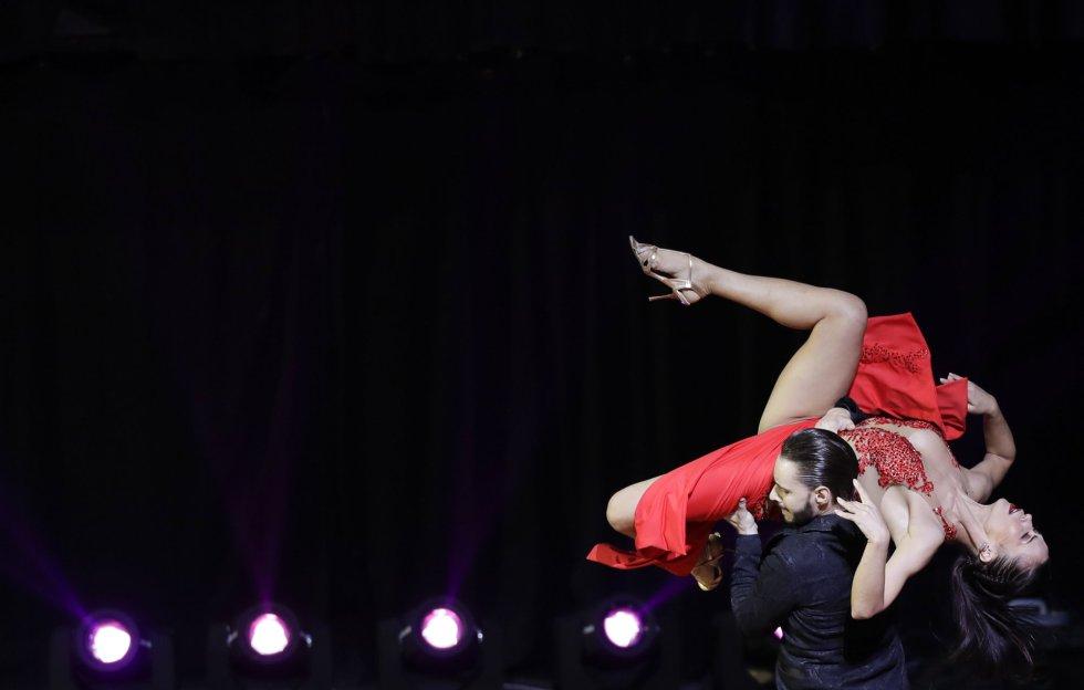 """La pareja rusa formada por Sagdiana Khamzina y Dmitry Vasin, de Moscú, ganaron campeones en la final de la modalidad de """"Tango Escenario"""" del Mundial de Tango de Buenos Aires, celebrada el 22 de agosto. Los rusos tuvieron un papel destacados en esta edición. En la imagen, sus compatriotas Dmitii Kuznetsov y Olga Nikolaeva, que quedaron en quinto lugar."""