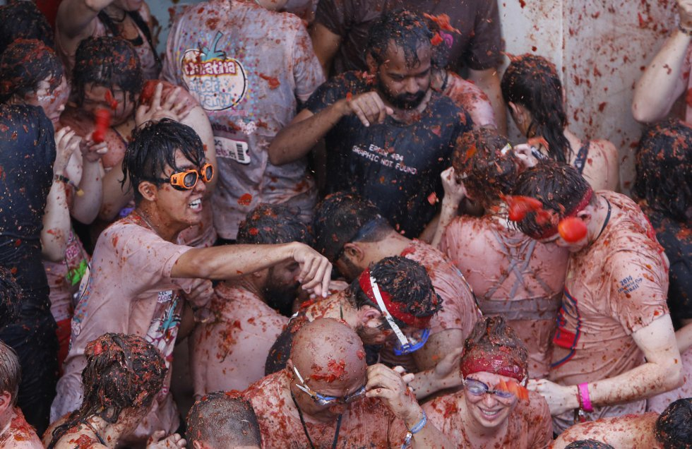 There was controversy at the 2015 edition of the Tomatina fiestas, after a Google Street View car, which the search engine giant had sent to capture images of the event as it took place, suffered serious damage as attendees jumped on top of it.